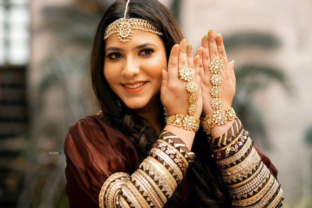 Indian bride jewellery- hathphool & Mathapatti