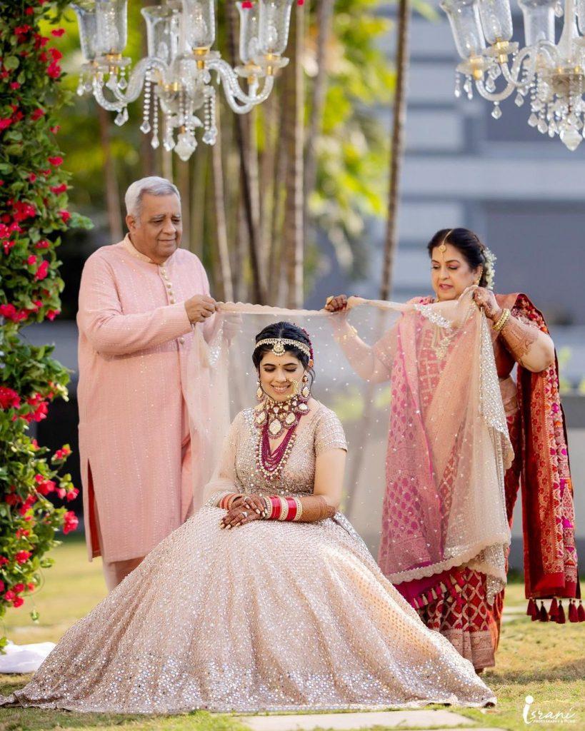 bride photo with parents